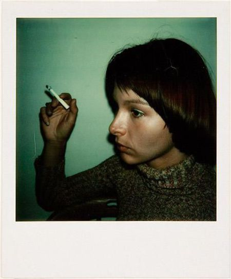 Femme fumant une cigarette. Portrait en couleur au Polaroid. Photo Walker Evans