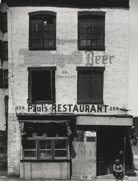 Façade d'un restaurant de Front Street à New York en 1934. Photo noir et blanc. Photo Walker Evans
