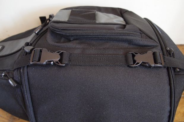 Lowepro SlingShot 202 AW test review sangle de fermeture