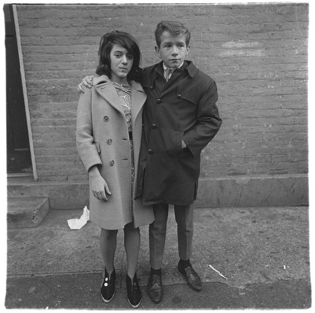 Diane Arbus au jeu de paume, Couple d'adolescents à Hudson Street, New York 1963