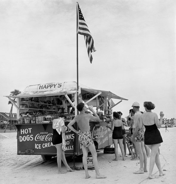 Stand Happy's Refreshment, Daytona Beach, Floride, 1954© Berenice Abbott / Commerce Graphics Ltd, Inc.