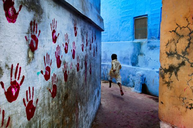 Boy in mid-flight, India, 2007 - Photo Steve McCurry