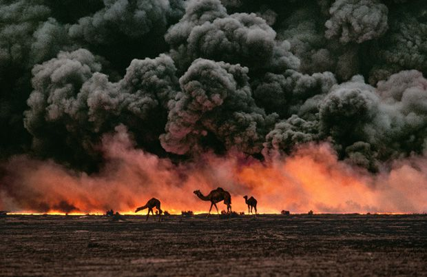 Ahmadi oil fields, Kuwait - Photo Steve McCurry