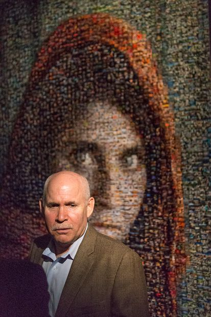 Steve McCurry devant une version de *The Afghan Girl* reconstituée à partir de centaines de clichés du photographe (2012).
