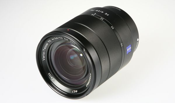 Sony FE 24-70 mm f/4 Zeiss, vue de 3/4 face replié