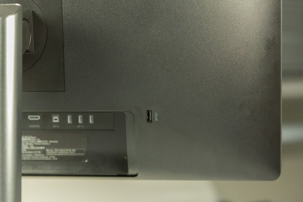 Dell UP2414Q et son port USB au dos