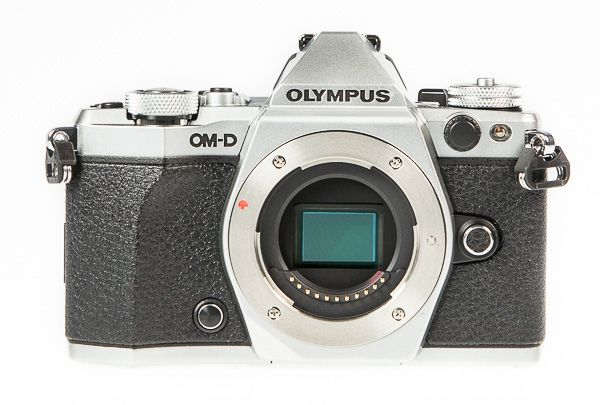 Olympus OM-D E-M5 Mark 2, test review, vu de face sans objectif
