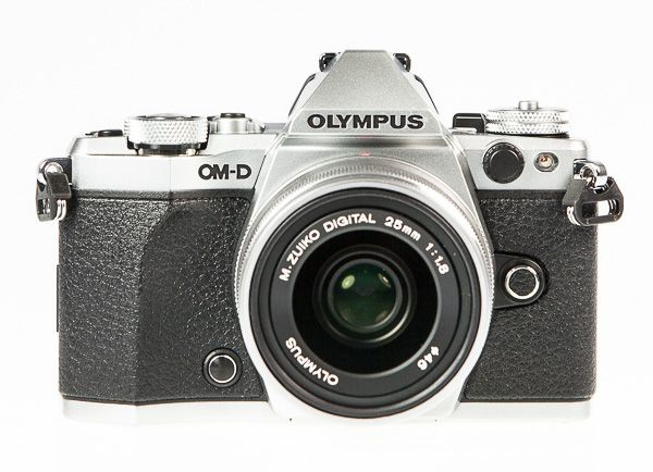 Olympus OM-D E-M5 Mark 2, test review, vu de face avec objectif