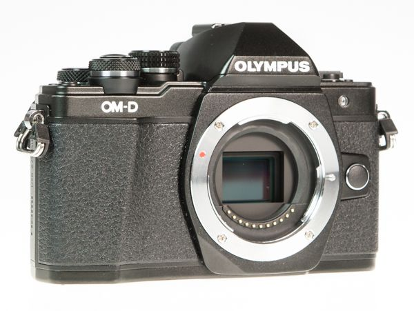 Olympus OM-D E-M10 Mark 2 (EM-10 2), test review, de 3/4 sans optique