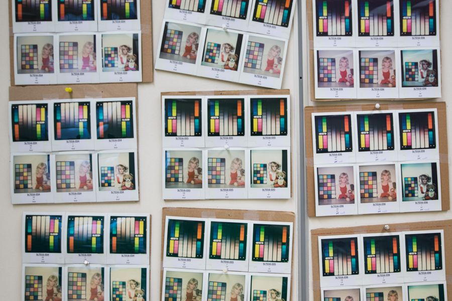 Visite de l'usine d'Impossible Project, grilles de tests de colorimétrie