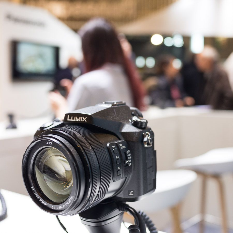 Panasonic FZ2000 sur le stand du salon de la photo