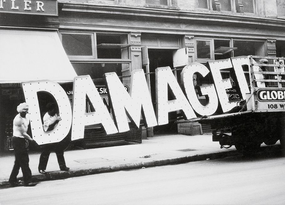 Enseigne 'Damaged' sortie d'un camion à New York. Noir et blanc. Photo Walker Evans
