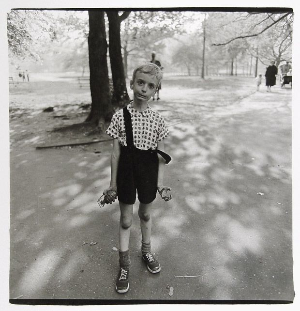 Diane Arbus au Jeu de Paume, Enfant avec une grenade en plastique dans Central Park, New York 1962 Copyright © The Estate of Diane Arbus